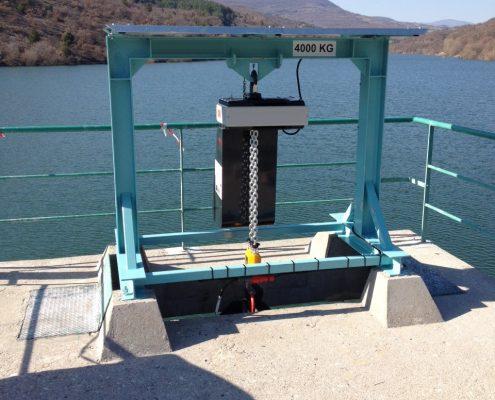 Portique de levage extérieur pour ouverture de vanne